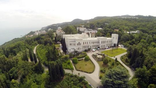 Ливадийский дворец по Ореанде