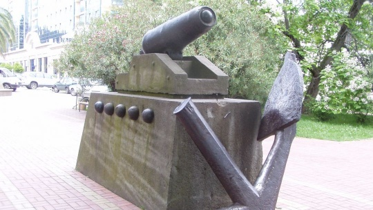 """Памятник """"Якорь и пушка"""" в Сочи"""