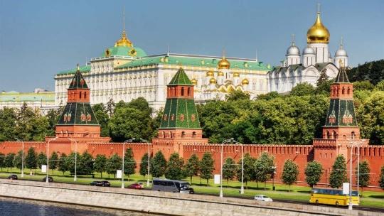 Московский Кремль по Москве