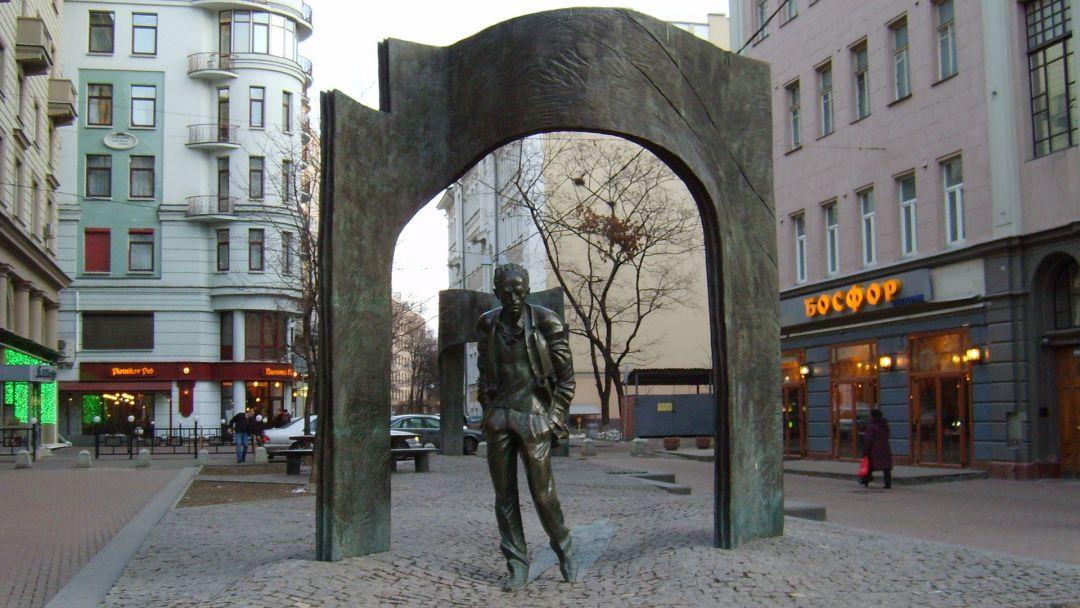 Памятники Булату Окуджаве в Москве по Москве