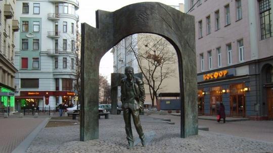 Памятник Булату Окуджаве в Москве по Москве