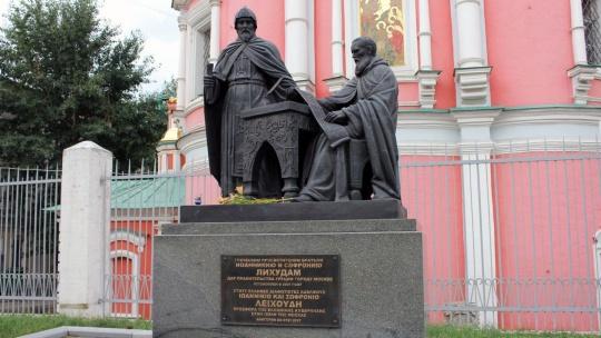Памятник Братьям Лихудам по Москве