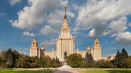 Центральное здание МГУ в Москве