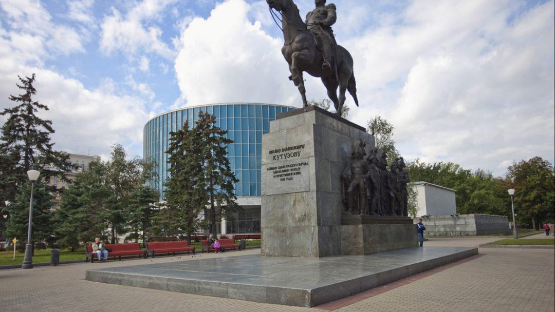 Памятник Кутузову (Москва) по Москве