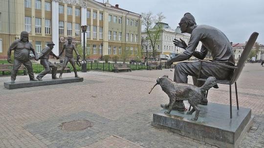 Памятник Леониду Гайдаю в Иркутске