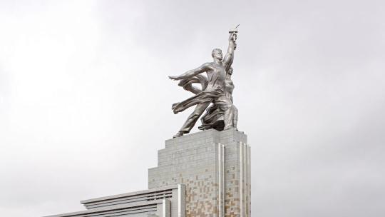 Рабочий и колхозница в Москве