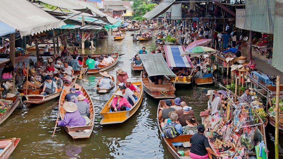 Плавучий рынок за городом в Бангкоке