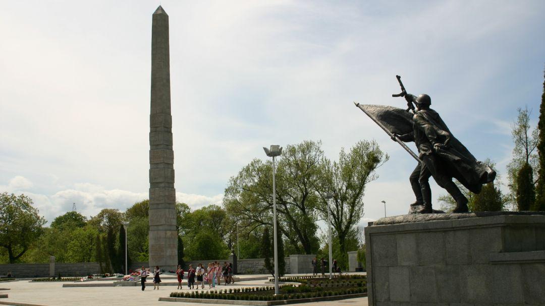 Памятник 1200 гвардейцам по Калининграду