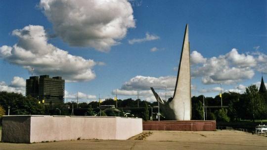Памятник рыбакам и памятник Николаю Чудотворцу по Калининграду
