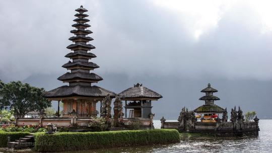 Храм Улун-Дану на озере Бератан на Бали
