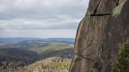 Экскурсия Поездка в фанпарк «Бобровый лог» с посещением скалы Малый Такмак и сиенитового карьера по Красноярску