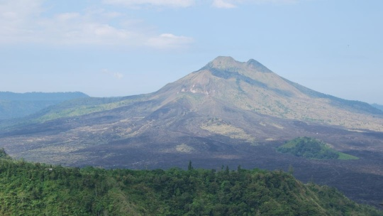 Действующий вулкан Бали Кинтамани на Бали