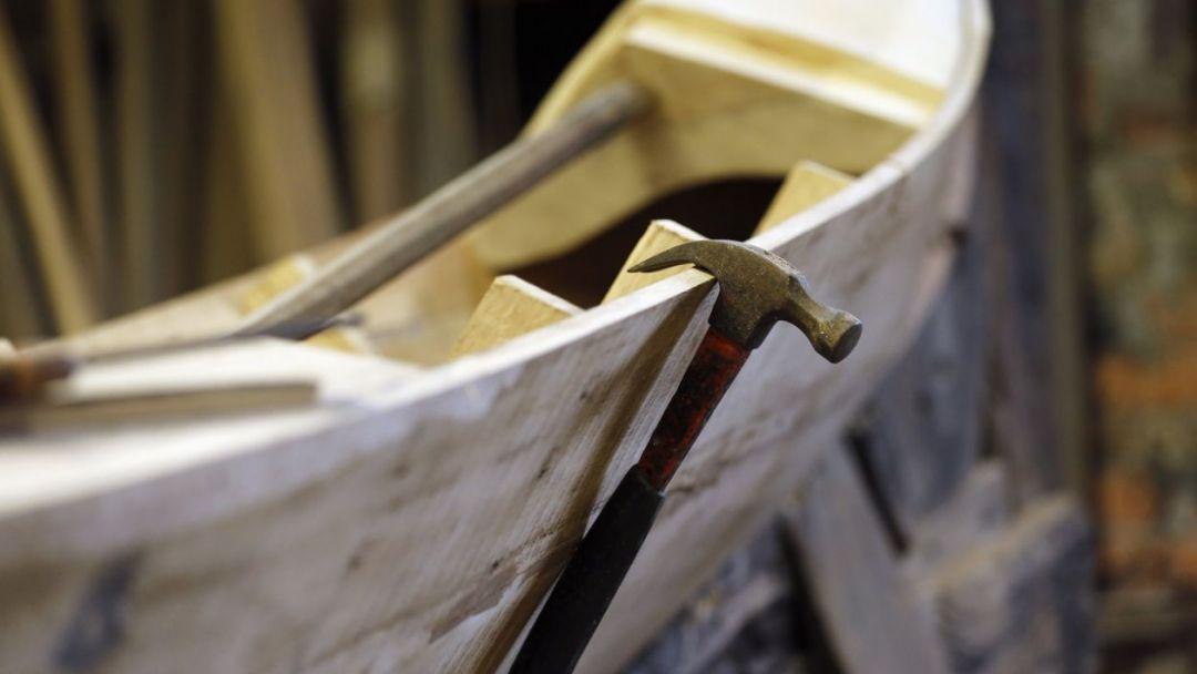 На производство уключины для гондолы в Венеции