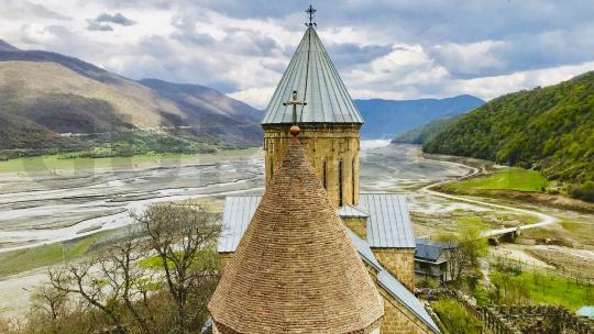 Крепость Ананури и Жинвальское водохранилище по Тбилиси