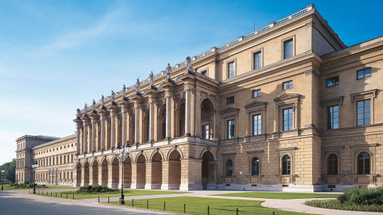Королевская резиденция и сокровищница - фото 2