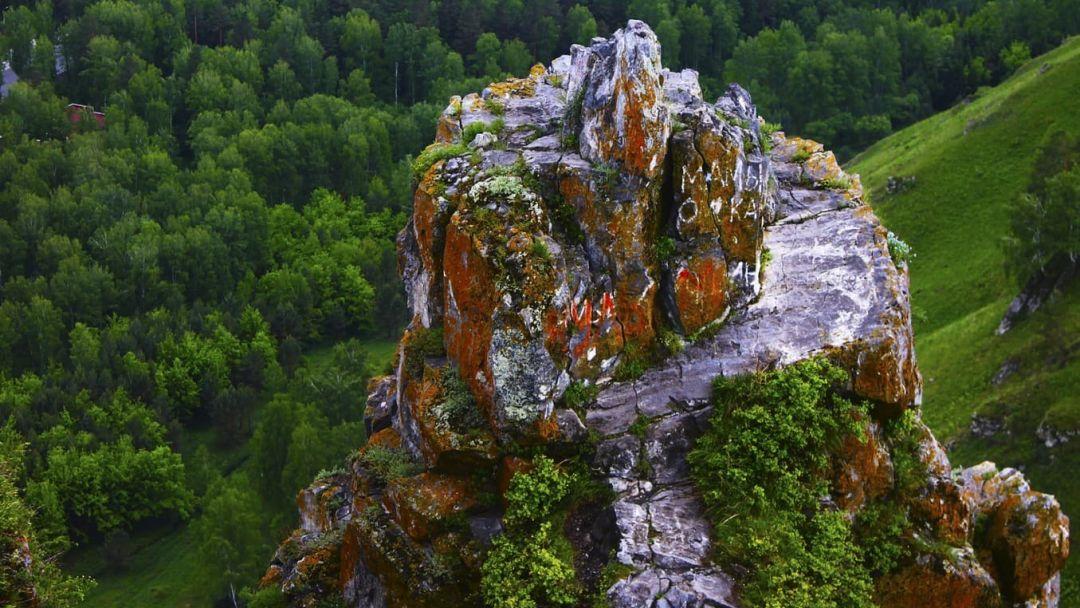 Озеро Ая и г. Чертов палец в Горно-Алтайске
