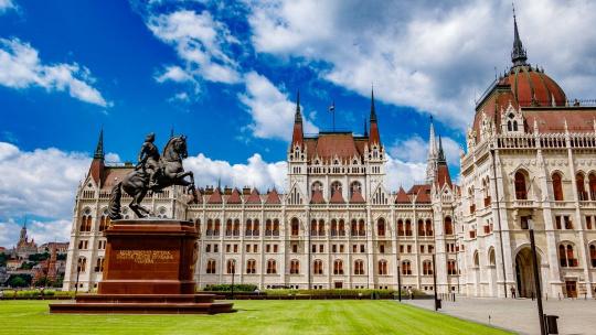 Здание венгерского парламента по Будапешту