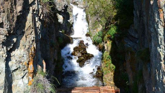 Водопад Бельтертуюк на Алтае по Горно-Алтайску