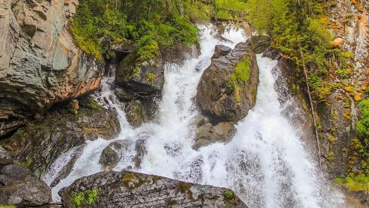 Водопад на реке Верх Карасу на Алтае по Горно-Алтайску