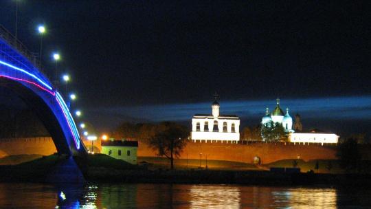 Кремлевский (Горбатый) мост по Великому Новгороду