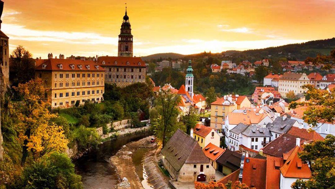 Чешский Крумлов и Замок Глубоко над Влатвой в Праге