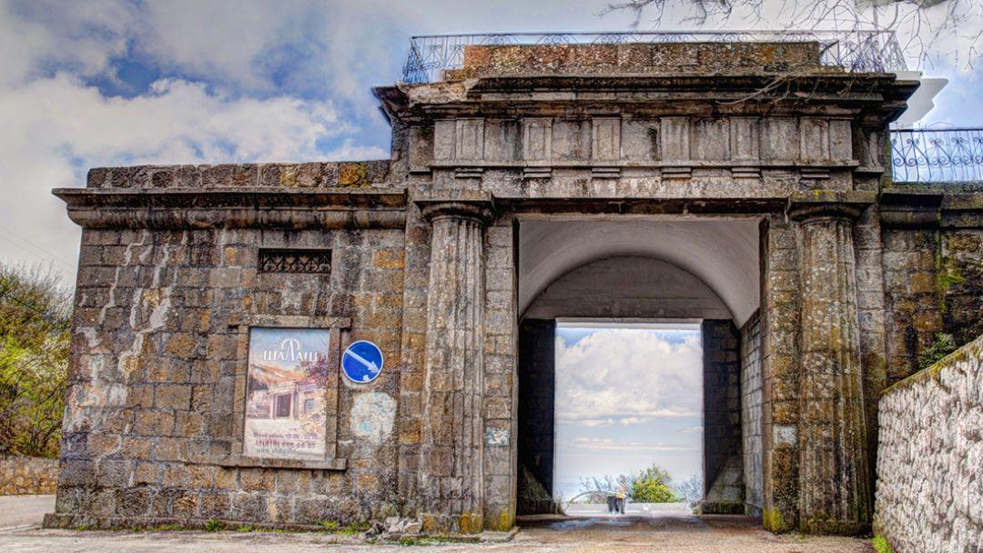Байдарские ворота – Ласпинский перевал - Форосская церковь – имение чайного магната Кузнецова – отдых в парке - фото 1