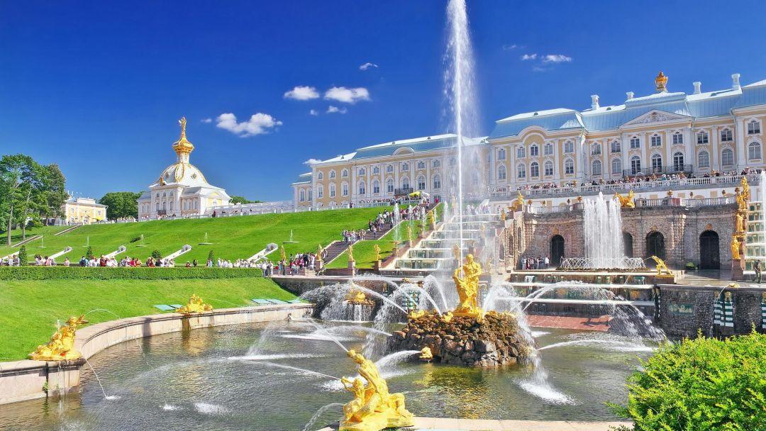 Петербург и Большой дворец Петергофа в Санкт-Петербурге
