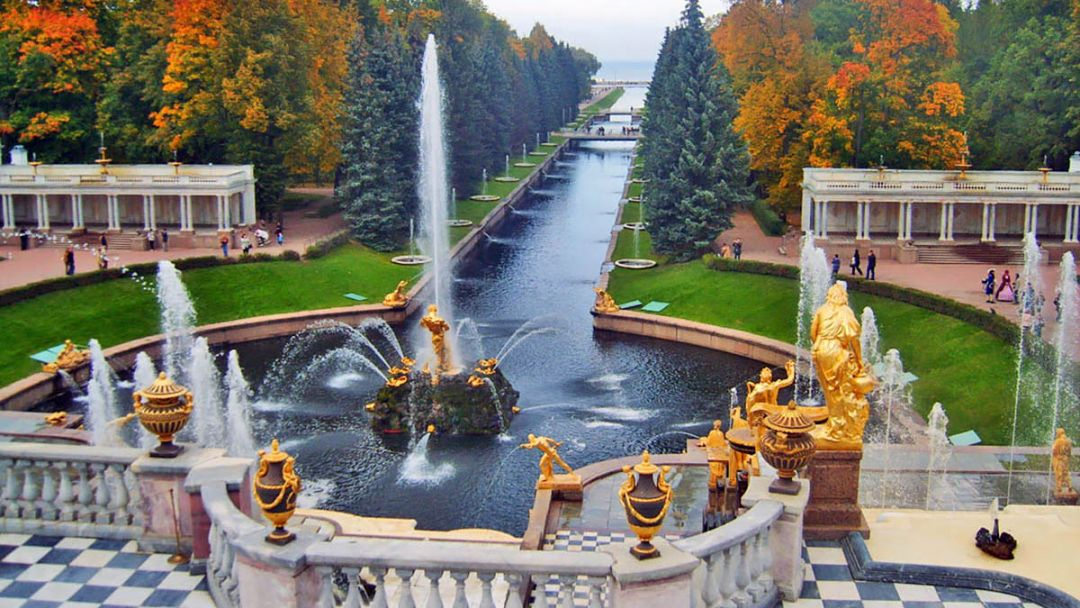 Петергоф с Большим дворцом  в Санкт-Петербурге
