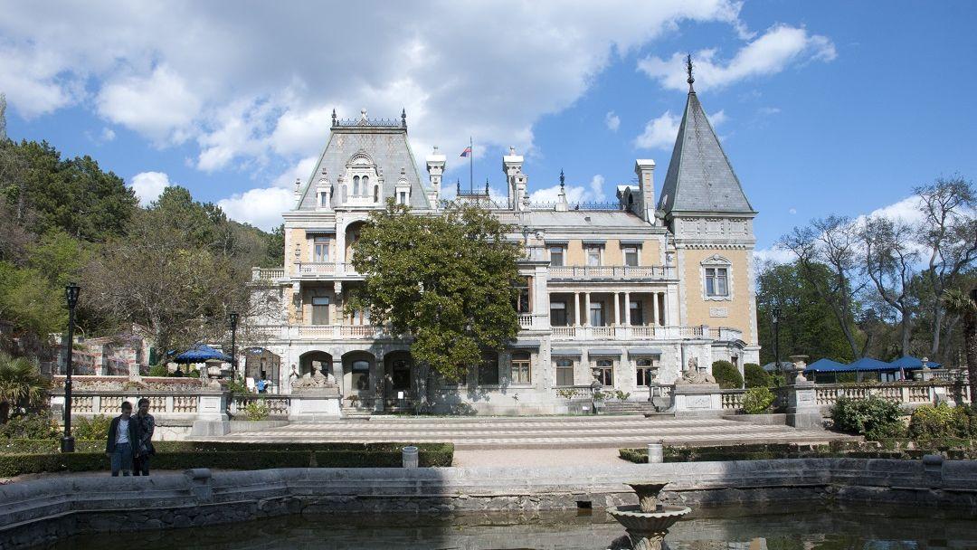 Два дворца и белый теплоход