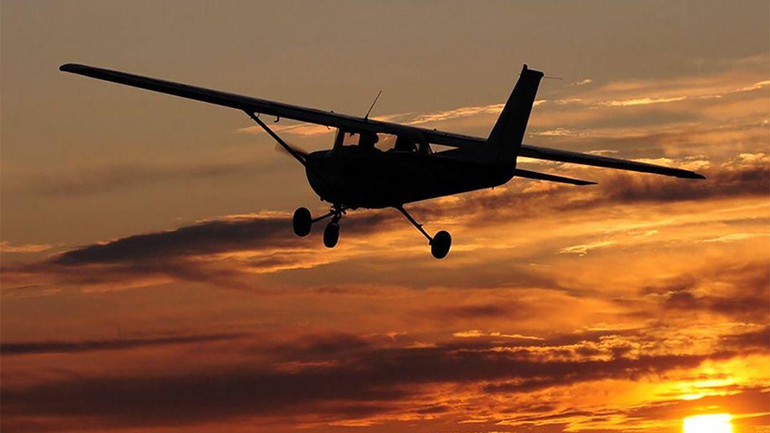 Полет на самолете над Будапештом после заката