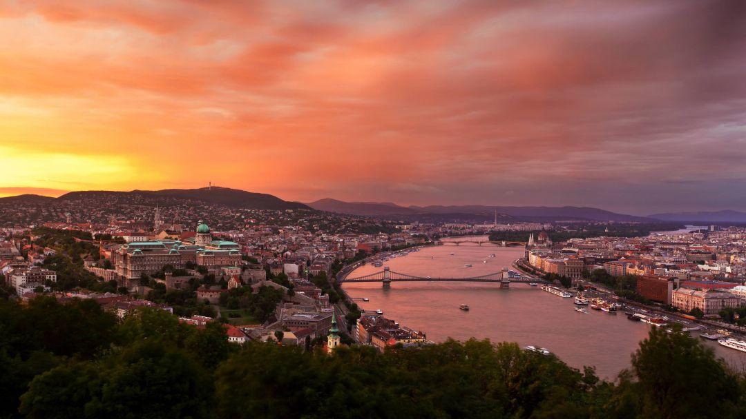 Полет на самолете над Будапештом после заката - фото 2