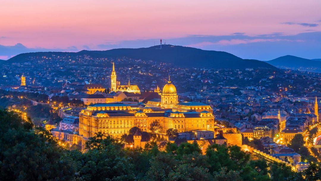 Полет на самолете над Будапештом после заката - фото 3