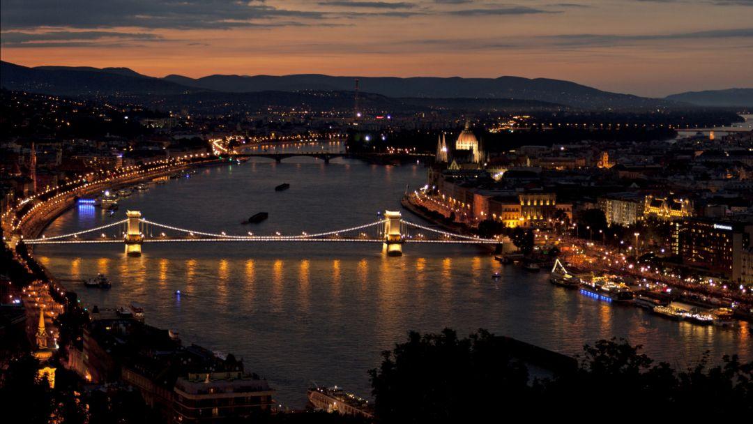 Полет на самолете над Будапештом после заката - фото 7