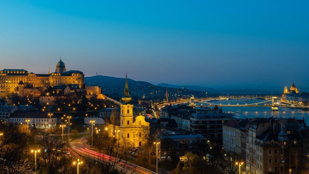 Полет на самолете над Будапештом после заката - фото 8