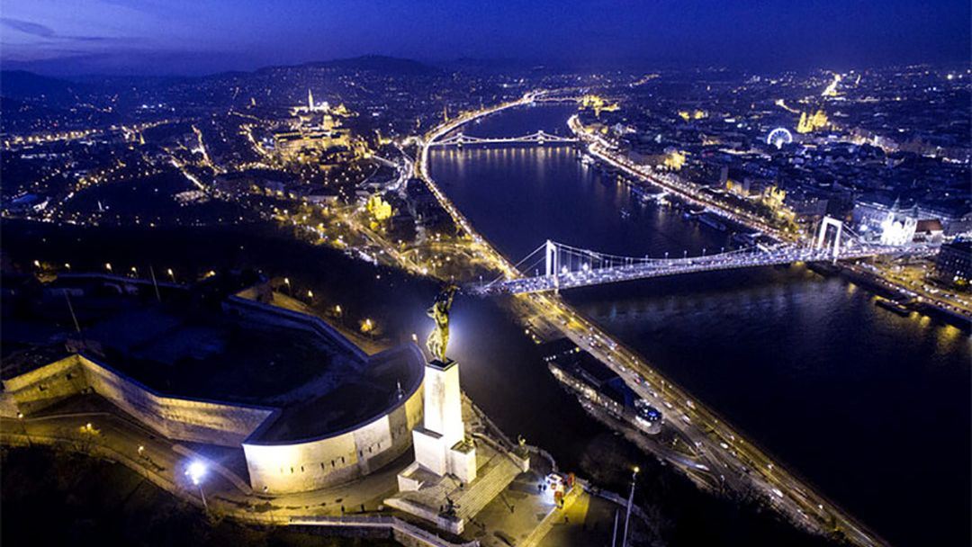 Полет на самолете над Будапештом после заката - фото 9