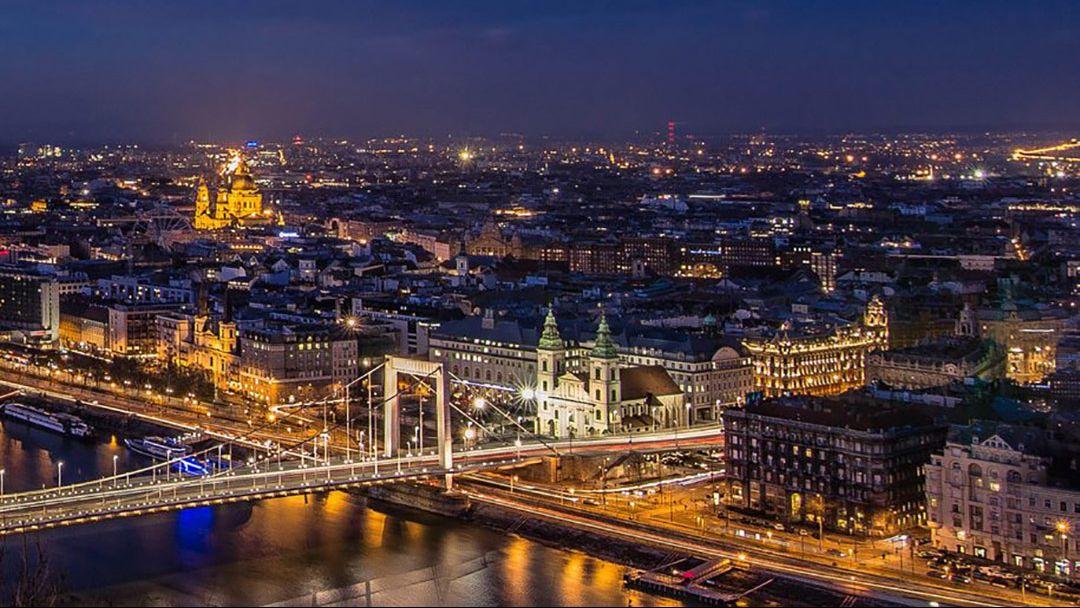 Полет на самолете над Будапештом после заката - фото 10