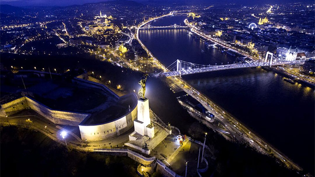 Полет на вертолете над Будапештом после заката